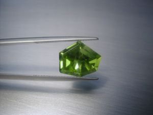 peridot freeform 4.25 ct.